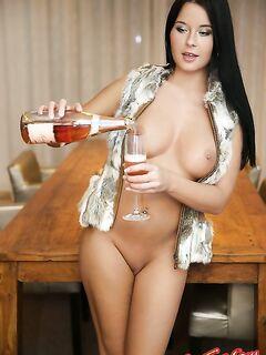 Девушка садится киской на бутылку фото