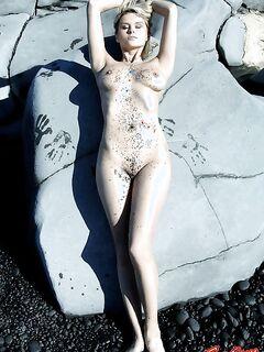 Грязная голая девушка позирует на камнях фото