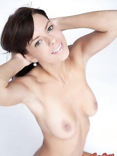 Голая девка с татуировкой в сексуальных позах