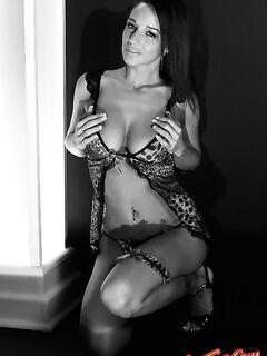 Черно-белое эротическое фото голой девушки
