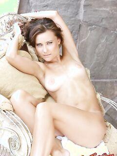 Сексуальная голая сучка показывает сиськи фото