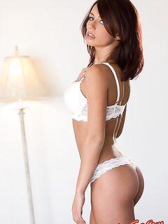 Губастая девушка с большими сиськами фото