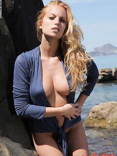 Девушка показывает хорошие голые сиськи
