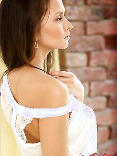 Фото красивой голой девушки у окна