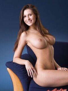 Голая девушка с большими сиськами в кресле фото