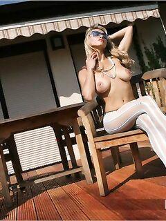 Сексуальная девушка в колготках показывает сиськи фото
