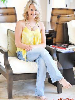 Блондинка сунула мороженое в письку фото