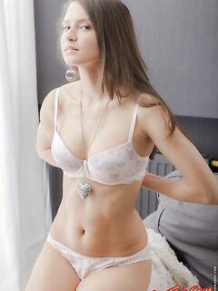 Молодые большие сиськи голой девушки фото