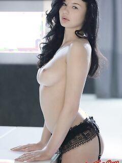 Сексуальная брюнетка в черных чулках фото