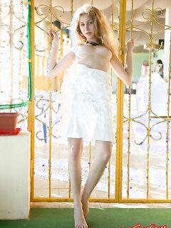 Очаровательная девушка снимает юбку фото
