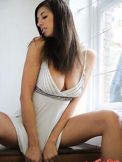 Классная девушка с большой грудью позирует голой фото