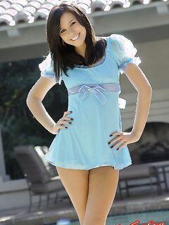 Красивая девушка в голубом платье показывает сиськи фото