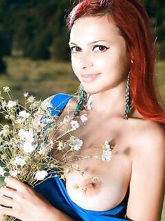 Голая девушка с ромашками позирует фото