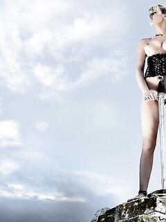 Красивая девушка воин позирует голой  фото