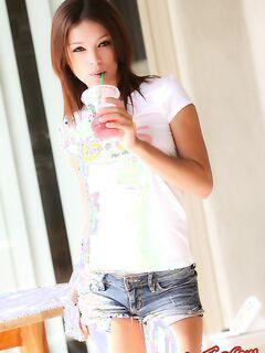 Молодая девка в коротких шортах фото