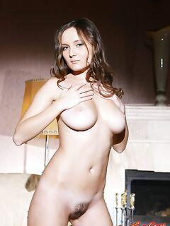 Красивая девушка с большими сиськами и волосатой писькой фото