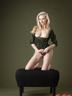 Голая блонда эротично позирует фото