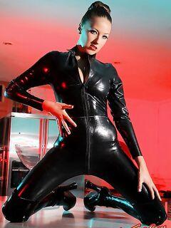 Грудастая девушка в черном латексе фото