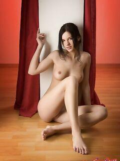 Голая девушка с молодым телом фото
