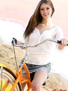 Молоденькая девушка на велосипеде позирует голой фото