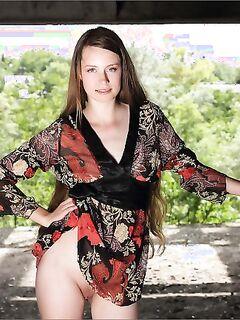 Молодая девушка сексуально позирует в развалинах