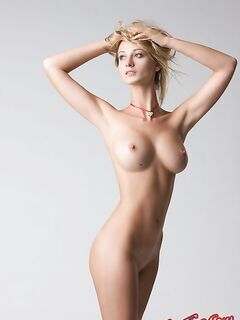 Голенькая сисястая модель фото