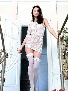 Красивая девушка с длинными ножками в чулках фото