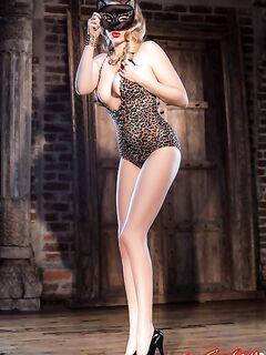 Красивая сексуальная блондинка с волосатым лобком фото